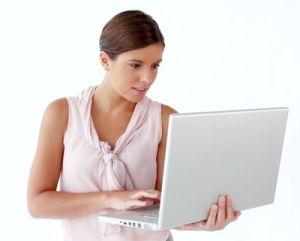 Красив бял лаптоп с елегантна луксозна визия и мощни характеристики.